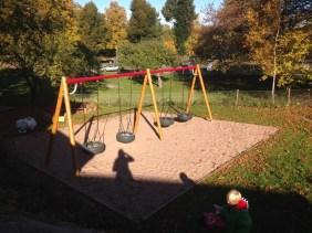 Förskolan har fått en superfin utemiljö med bland annat ny gungställning.