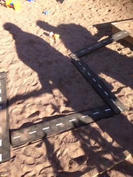 Tvåfilig motorväg rakt genom sandlådan.