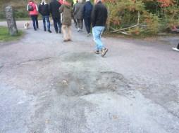 Utanför skolan saknades det en bit asfalt.