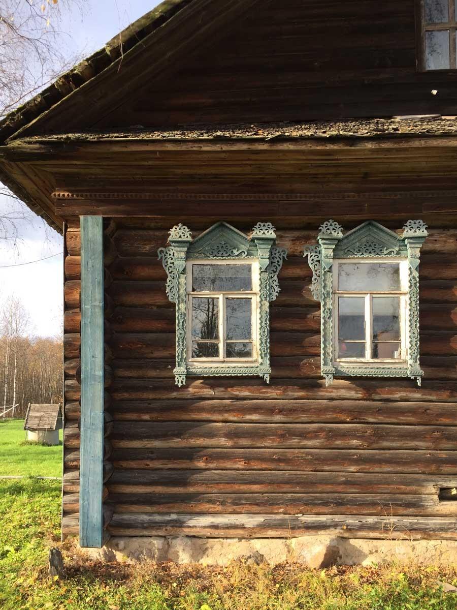 окна в деревенских домах фото это