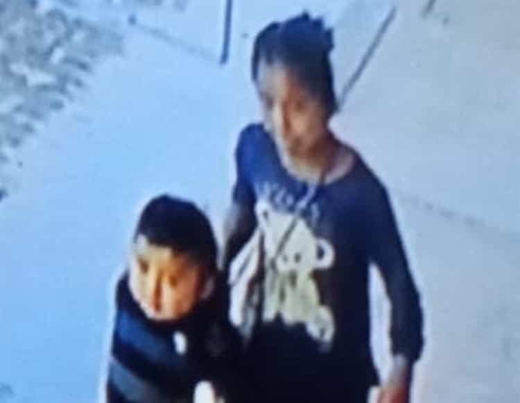 Indignan imágenes de niña mientras secuestra a bebé de dos años en ...