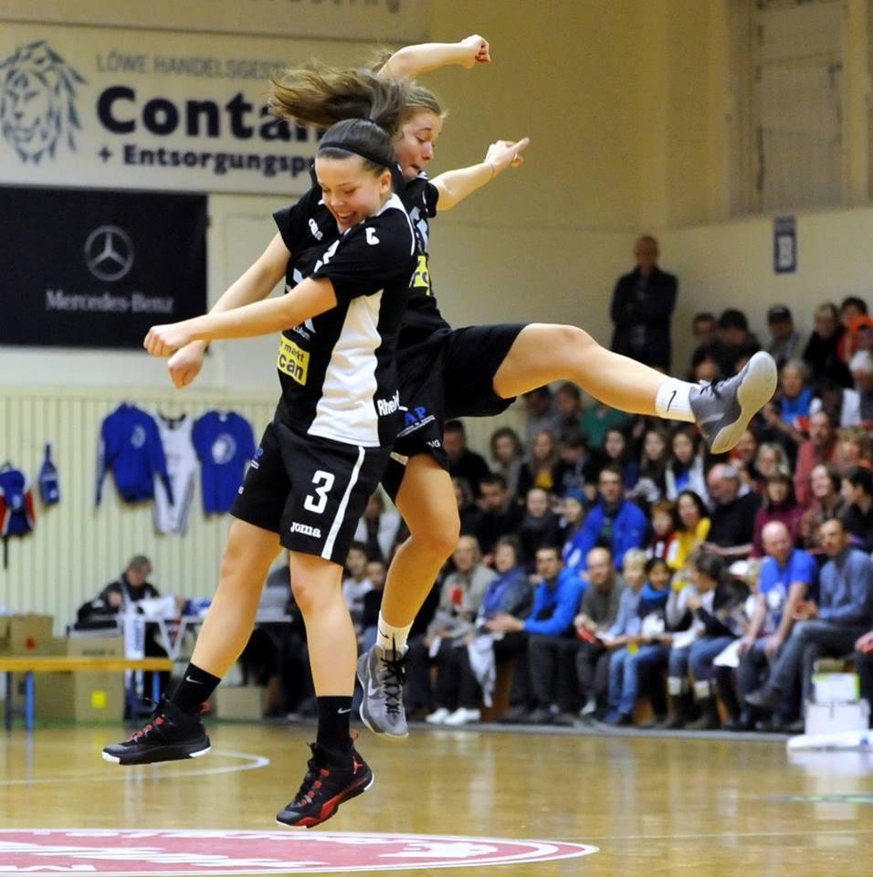 47.-2 Saison 2012-2013_ Pia und Alyssa stoßen an