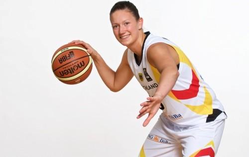 Steffi Wagner mit Ball, DBB Kader, 2015 (Quelle DBB)