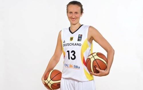 Svenja Greunke mit Ball, DBB Kader, 2015 (Quelle DBB)