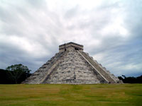 Piramida peninggalan suku Maya. kredit : whoyoucallingaskeptic.wordpress.com