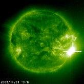 Flare matahari saat terlihat bulan November 2003. kredit : NASA