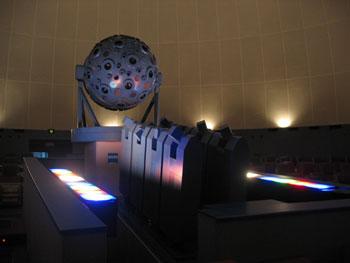 Proyektor Universarium Model VIII (TD) buatan Carl Zeiss. Kredit : Pramesti