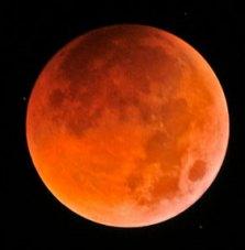Bulan yang tampak kemerahan saat fasa gerhana Total 16 Juni 2011. kredit : Jeff Teng