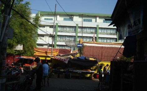 Ujung lorong jalan Kemurnian 2 yang bertemu dengan jalan Kemenangan Raya. Di sinilah kemungkinan tapak observatorium Mohr berada. Dari sini dengan menatap ke barat terlihat bangunan SD Katolik Ricci 1 (latar belakang), di belakang bangunan utama wihara Dharma Bhakti. Sumber : Sudibyo, 2012.