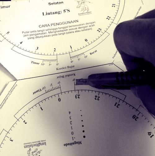 Potong area kotak yang diberi tulisan potong. Ini berfungsi sebagai jendela waktu yang akan disesuaikan saat pengamatan dengan memutar peta bintang. Kredit: langitselatan
