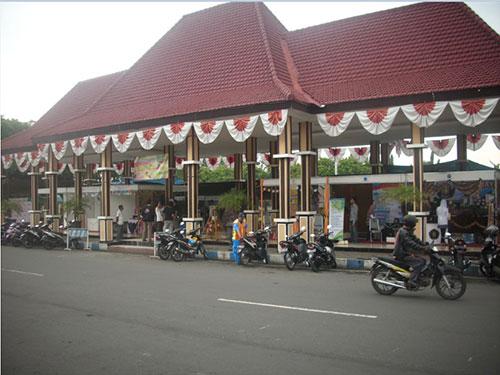 Stand beberapa kampus terletak di depan Pendopo Kabupaten Situbondo. Kredit : Aldino