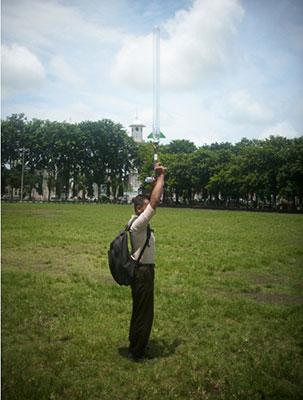 Seorang siswa tampak mengambil ancang-ancang untuk mencoba Gun Launcher. Kredit : Aldino