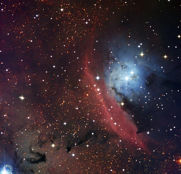 Daerah pembentukan bintang, NGC 6559, mempunyai dua jenis nebula sekaligus, yaitu nebula emisi (bagian yang berwarna merah) dan nebula refleksi (bagian yang berwarna biru). Kredit: ESO.