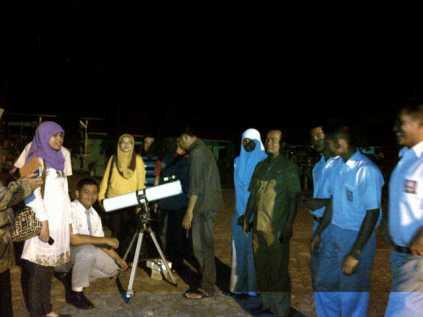 Para siswa dan guru bergantian ingin melihat Bulan dengan teleskop