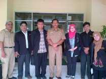 Berfoto bersama Kepala Sekolah SMA Plus (Tengah)