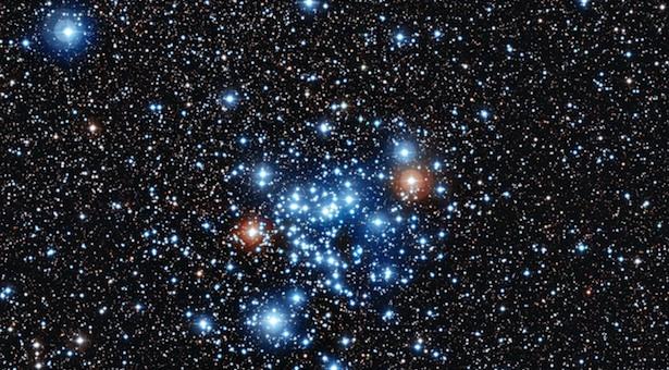 Ribuan bintang yang tampak sama dari kejauhan ini, sebenarnya memiliki warna, besar, dan temperatur yang berbeda-beda: dari bintang katai merah yang dingin hingga bintang maharaksasa berwarna biru dan panas membara. Kredit: ESO.