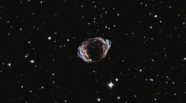 Sisa-sisa dari ledakan bintang terkini di Galaksi kita, Bimasakti, yang terjadi sekitar 100 tahun lalu. Kredit: Sinar-X (NASA/CXC/NCSU/K.Borkowski dkk.); Optik (DSS).
