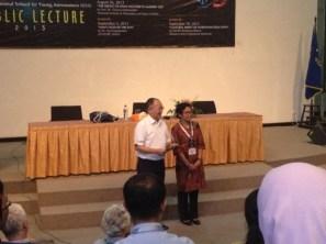 Prof. Bambang Hidayat dan Kepala Pusfatsainsa LAPAN Dr. Clara Y. Yatini. Kredit: langitselatan