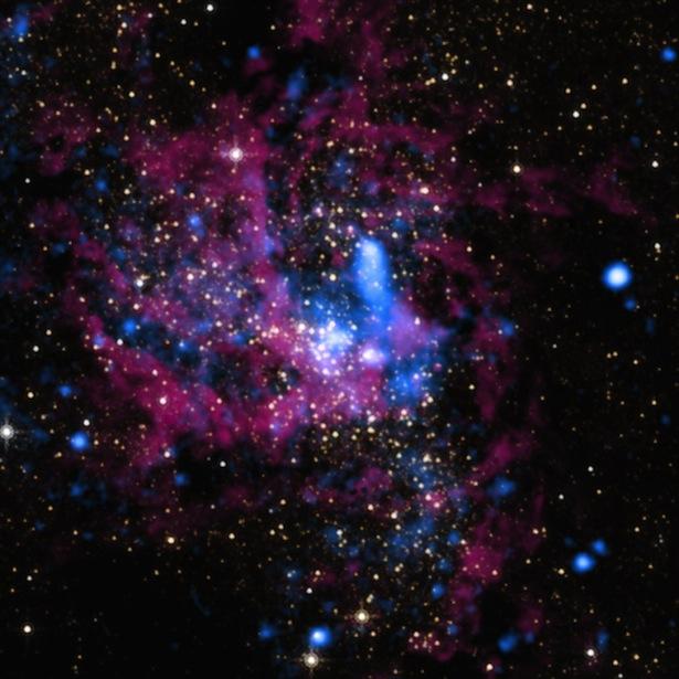 Foto dari Chandra X-Ray Observatory ini menunjukkan pusat Galaksi Bimasakti, tempat yang paling semrawut dan berbahaya di Galaksi tempat tinggal kita. Di sana juga tinggal lubang hitam supermasif. Kredit: NASA/UMass/D.Wang dkk./STScI.