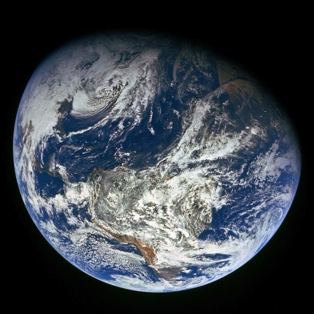 Bumi terlihat dari luar angkasa. Foto ini dipotret dalam misi Apollo 8 pada tahun 1968. Kredit: NASA.