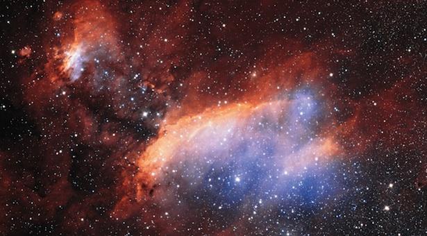 Nebula Udang. Tampak ratusan bintang biru berkilauan di antara pusaran gas berwarna-warni. Warnanya memberi sedikit kesan seolah-olah ada udang berenang-renang di lautan. Kredit: ESO/ Martin Pugh.