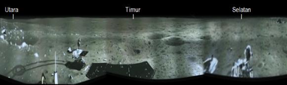 Gambar 2. Citra panoramik (pandangan 250 derajat) di sekeliling titik pendaratan Chang'e 3 yang dikonstruksi oleh Marcio DiLorenzo dan Ken Kremer berdasarkan citra-citra hasil bidikan Chang'e 3 yang dipublikasikan televisi CCTV. Nampak robot penjelajah Yutu berada di arah timur laut. Sumber: DiLorenzo & Kremer, 2013 dengan teks oleh Sudibyo.