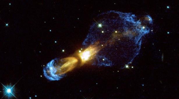 Rotten Egg Nebula, pra-planetari nebula yang berada 5000 tahun cahaya di Rasi Puppis. Kredit: NASA/ESA & Valentin Bujarrabal (Observatorio Astronomico Nacional, Spain)'