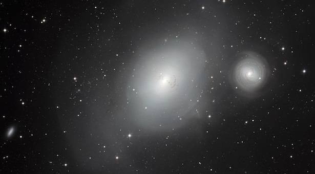 Sepasang galaksi tengah menari mengelilingi satu sama lain pelan-pelan. Kredit: ESO