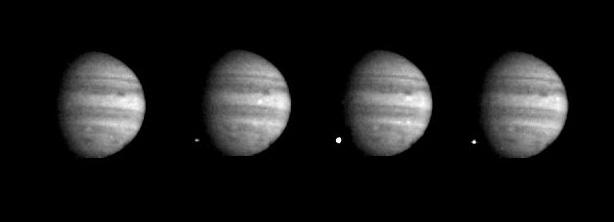 Gambar 5. Saat-saat keping G komet Shoemaker-Levy 9 menghantam hemisfer selatan Jupiter, seperti diabadikan wahana Galileo yang sedang dalam perjalanan menuju planet gas raksasa itu. Titik putih di area gelap tersebut adalah bola api tumbukan (fireball), yang pada puncaknya memiliki ukuran hingga dua kali lipat diameter Bumi. Peristiwa ini menjadi momentum yang menggugah kesadaran sejumlah kalangan untuk mengelaborasi dan mengeksplorasi benda langit bernama komet dengan lebih baik lagi. Sumber: NASA, 1994.