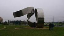 Patung raksasa yang merangkai teori fisika dari masa ke masa. Kredit: Wicak Soegijoko