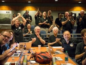 Foto tim New Horizons saat wahana antariksa itu akan berpapasan dekat dengan Pluto. Kredit: NASA/Bill Ingalls