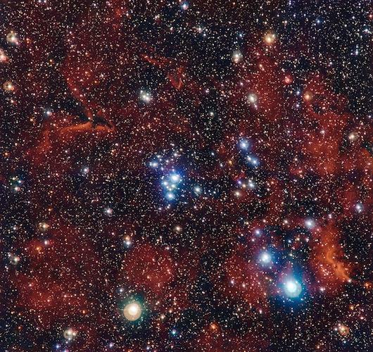 Foto yang diambil Very Large Telescope ini menunjukkan sekelompok bintang muda yang disebut gugus terbuka. Perlahan-lahan, dalam waktu beberapa ratus juta tahun, bintang-bintang anggota gugus terbuka ini akan berpencar. Dahulu Matahari diduga juga dilahirkan di dalam gugus terbuka bersama-sama dengan ratusan saudaranya yang kemudian berpisah. Kredit: ESO/G. Beccari.