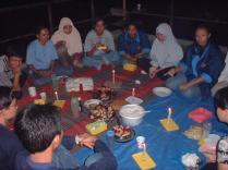 Makan bersama dalam rangkaian acara bakar-bakar. Oktober 2002. Kredit: Himastron.