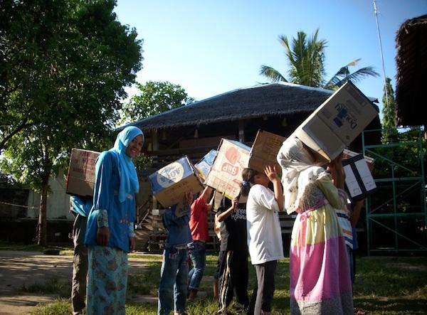 Para siswa di sekolahalam minangkabau tampak sedang mengamati matahari dengan menggunakan kamera lubang paku didampingi oleh fasilitator. Kredit: Aldino Adry Baskoro