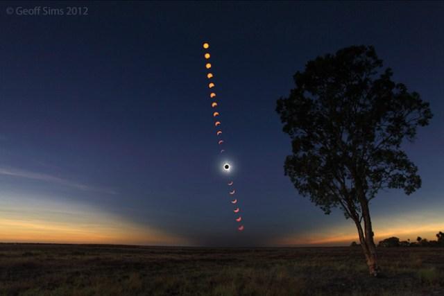 Foto panorama gerhana matahari total akan semakin menarik jika dikomposisikan dengan landskap sekitar. Spesifikasi foto: 20 mm pada FX, 12.5 mm pada DX. Copyright: Geoff Sims. Sumber: http://www.users.on.net/~simsg/astro/tse2012.htm
