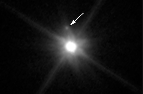Makemake dan MK2 dalam bidikan Teleskop Hubble. Kredit: NASA, ESA, dan A. Parker & M. Buie (Southwest Research Institute)