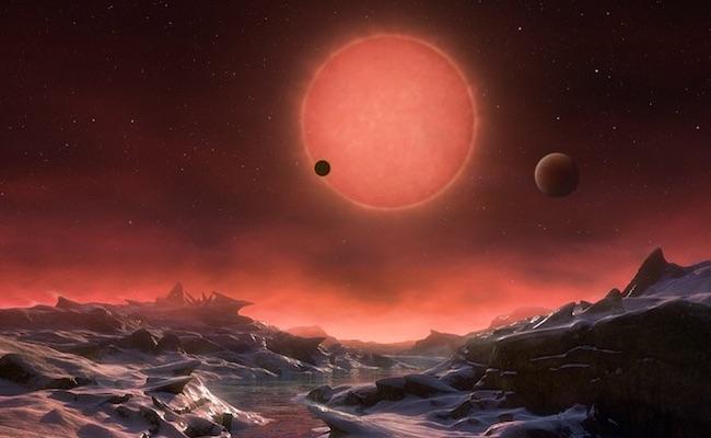Ilustrasi penampakan bintang TRAPPIST-1 dan dua planet lainnya dari salah satu permukaan planet di sistem TRAPPIST-1. Kredit: ESO/M. Kornmesser