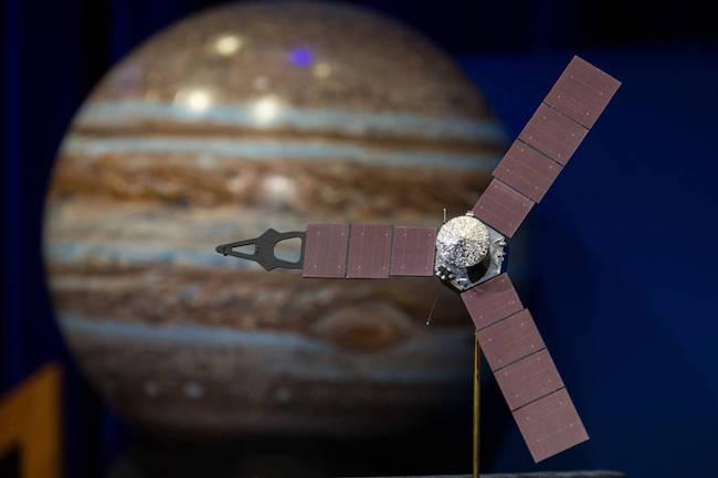 Ilustrasi Juno dan Jupiter. Kredit: NASA/Aubrey Gemignani