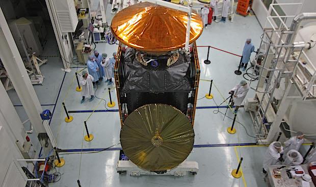 Gambar 1. Dua wahana antariksa dalam misi ExoMars 2016 saat telah dirakit dan menjalani pengujian pada November 2015 di fasilitas ESA. Keduanya adalah satelit Trace Gas Orbiter (TGO) di bagian bawah dan pendarat Schiaparelli (warna keemasan) di bagian atas. Sumber: ESA, 2015.