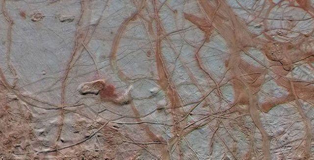 Jalur retakan di Europa yang dilihat Wahana Galileo. Kredit: NASA