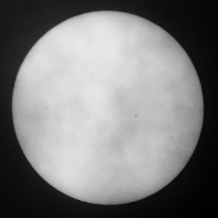 Matahari 2 Desember 2016, tampak ada bintik hitam samar. Kredit: Avivah Yamani / langitselatan