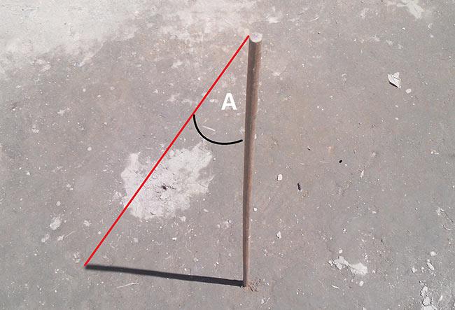 Sudut A dapat diukur secara manual dengan busur derajat, maupun dengan menggunakan trigonometri (tangen). Kredit: Aldino A.Baskoro