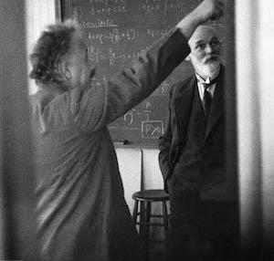 Albert Einstein dan Willem de Sitter dalam suatu diskusi di tahun 1932. Sumber: American Institute of Physics.