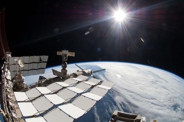 Matahari yang dilihat dari stasiun ruang angkasa tampak berwarna putih. Kredit gambar: NASA diunduh tanggal 18 November 2016.