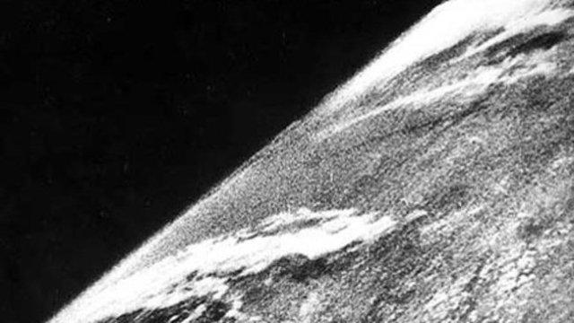 Foto pertama Bumi dari luar angkasa. Diambil dengan kamera yang dipasang di roket V-2 #13 milik NAZI yang diluncurkan 24 Oktober 1946. Kredit: White Sands Missile Range/Applied Physics Laboratory