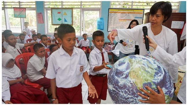 Nana sedang memperkenalkan astronomi pada anak. Kredit: UNAWE Indonesia