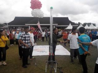 Peluncuran roket saat pembukaan acara bersama gubernur Maluku. Kredit: Aldino Adry Baskoro
