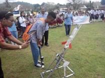Pelajar mencoba memompa roket di Saparua. Kredit: Aldino Adry Baskoro