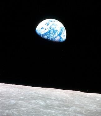 Aksi Fotografer Antariksa: Astronaut vs Satelit