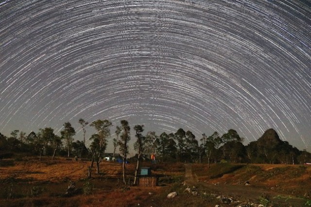 Jejak bintang - bintang di belahan utara langit kecamatan Amfoang Tengah, Kupan, NTT. Lokasi tak jauh dari lokasi pembangunan OBNAS. Foto oleh: Muhamad Zamzam N / LAPAN
